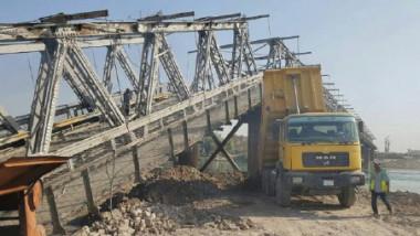 مواصلة العمل في إعادة إعمار وتأهيل جسر الموصل القديم