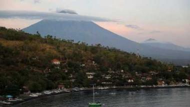 جاكرتا تعتزم إجلاء 100 ألف شخص من منطقة بركان بالي