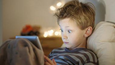 استعمال الأجهزة الذكية قبل النوم يعرّض الأطفال للبدانة