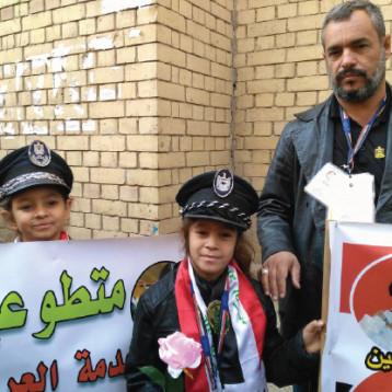 أطفال عراقيون يتطوعون لمساعدة رجال المرور لضبط الشارع