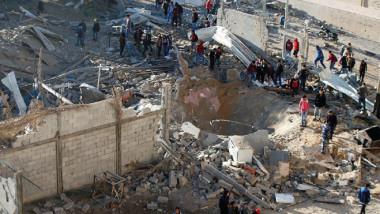 إسرائيل تقصف قطاع غزة وجنودها يهاجمون المتظاهرين في الضفة الغربية