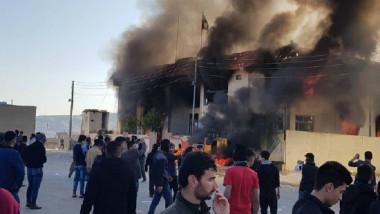 متظاهرون يحرقون مبانٍ حكومية وحزبية ويطالبون بتقديم المسؤولين للقضاء