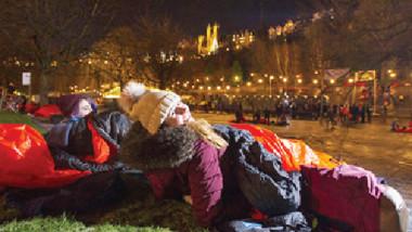 مشاهير ينامون في العراء دعماً للمشردين