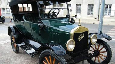 سيارة فورد قديمة ونادرة تبهر العراقيين