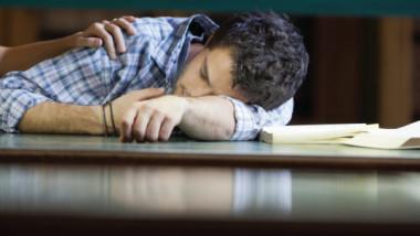 مواقع التواصل الاجتماعي تحرم الطلاب النوم الصحي