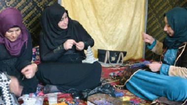 نازحات يستثمرن الأعمال اليدوية لتأمين عوائلهن