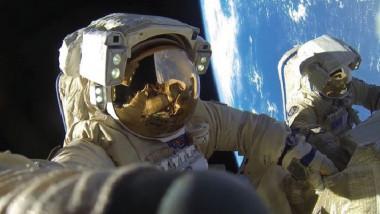 بث مباشر لرائدين في الفضاء المفتوح