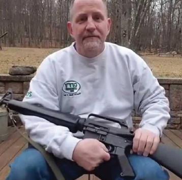يحطم بندقيته بسبب جريمة مراهق.. متى نحطم بنادقنا؟
