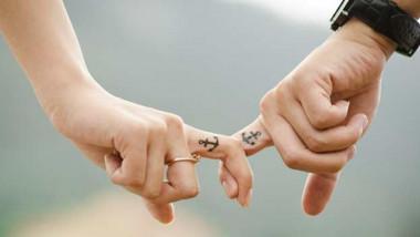 تشابك الأيدي بين الأزواج يسكّن ويغني عن العقاقير