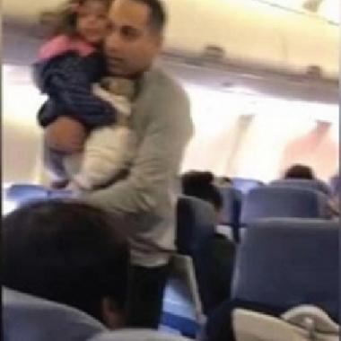 طرد أب وابنته من طائرة