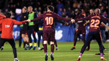 عشاق برشلونة يحتفلون بالثنائية مع غصة الخروج من دوري الأبطال