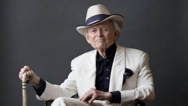 وفاة الكاتب الأميركي توم وولف إثر الإصابة بالتهاب رئوي