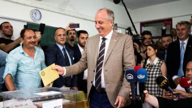 ملايين الأتراك يبدأون التصويت في انتخابات رئاسية وتشريعية حاسمة لمستقبل البلاد
