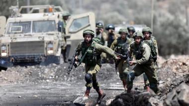الجيش الإسرائيلي يبعد سوريين يحملون رايات بيض اقتربوا من سياجه في الجولان