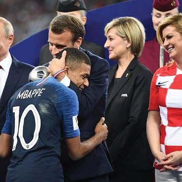 صحف فرنسا ترفع الديوك إلى عنان السماء