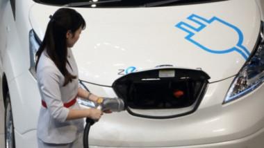 الحكومة تتسلّم أول سيارة تعمل بالطاقة النظيفة وتتعهد بتعميمها على السكان