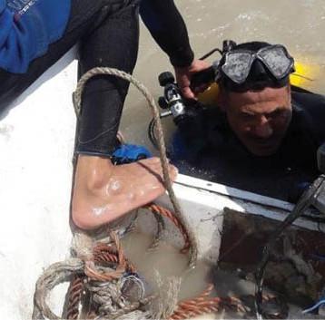 غواّصو الموانئ نفذوا أعمالهم تحت الماء لفتح الانسدادات وانتشال الأنابيب المعطوبة
