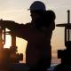 استقرار أسعار النفط وسط انخفاض مفاجئ في المخزونات الأميركية