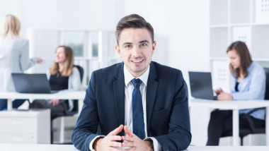 الموظف العمومي والتحصيل الدراسي المماثل أو الأعلى