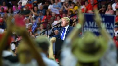 ترامب يسخر من المدّعية على مرشّحه للمحكمة العليا بالاعتداء جنسيا عليها