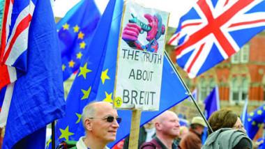 ماي تندد بمتمردين «يغامرون» بمستقبل بريطانيا