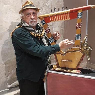 العواد يصنع القيثارة السومرية  ويعزف عليها