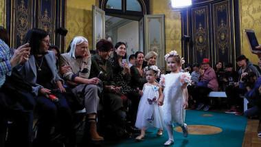 أسبوع أزياء الأطفال في باريس.. الأناقة تمشي بقدمين صغيرتين
