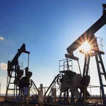 النفط يواصل التراجع والدولار في أعلى مستوياته