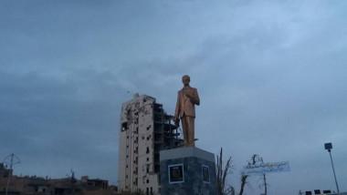 مئات السوريين يحتجون على نصب تمثال ثان لحافظ الأسد مكان التمثال الذي اسقطوه في درعا