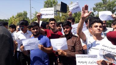 طلبة المراحل المنتهية يحرقون كتبهم احتجاجا على الاخطاء الكثيرة في اسئلة الامتحانات