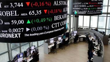تراجع الأسهم الأوروبية واليورو والدولار يرتفع