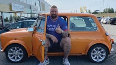 """الممثل الأيسلندي """"جبل"""" داخل سيارة """"متر × متر"""""""