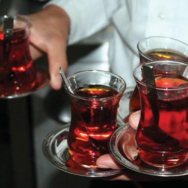 في الصيف.. الشاي الساخن يطفئ حرارة الجسم