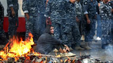 المتظاهرون الغاضبون من استفزاز عون يجددون  قطع طرق رئيسية في المناطق اللبنانية