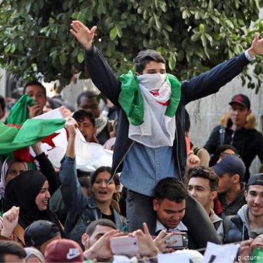 بدء الانتخابات الرئاسية الجزائرية على الرغم من رفض المرشحين الذين «يمثلون» نظام بوتفليقة