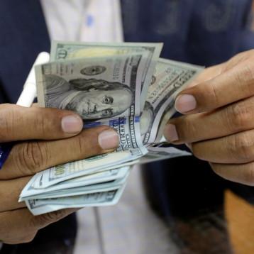 خبير اقتصادي : مزاد العملة أكثر الملفات فساداً افاد منه متنفذون في السلطة