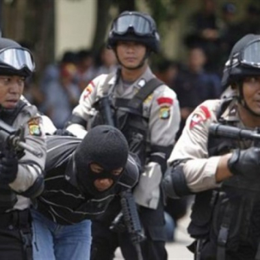 شرطة إندونيسيا تربط بين هجوم انتحاري وجماعة تستلهم فكر داعش