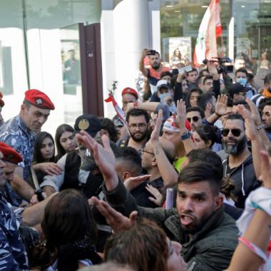 مئات المتظاهرين في لبنان يشكلون درعا بشريا يمنع البرلمان من الانعقاد