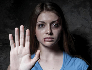 إحراق امرأة وهي في طريقها إلى جلسة محاكمة المتهمين باغتصابها في الهند