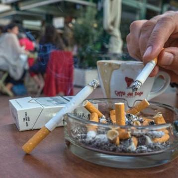 التدخين في سيارات الاجرة والاماكن المغلقة.. حرية على حساب الآخرين