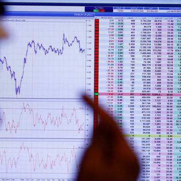 تراجع معظم بورصات الخليج وأسهم البنوك ترفع السعودية