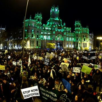 تظاهرة في مدريد للضغط على المشاركين في مؤتمر المناخ