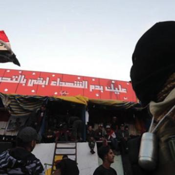 جدار بشري لإبقاء الاحتجاجات داخل منطقة التظاهر وحشود مساندة تتوافد عليها