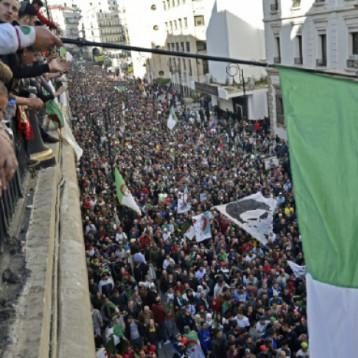حشد كبير في العاصمة الجزائرية يرفض الانتخابات ويطالب بدولة مدنية