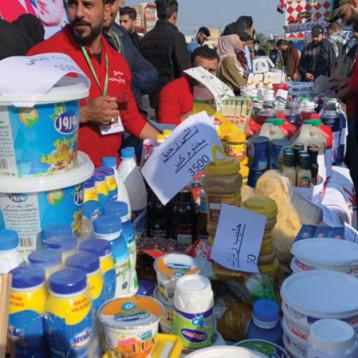 متظاهرون يرفعون شعار «دعماً للمنتج الوطني» في ساحات الاحتجاج