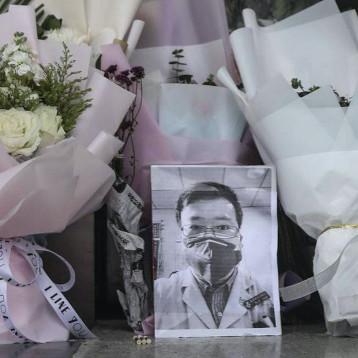 الصين تعلن الطبيب لي وين ليانغ بطلا وتعد ضحايا فيروس كورونا شهداء