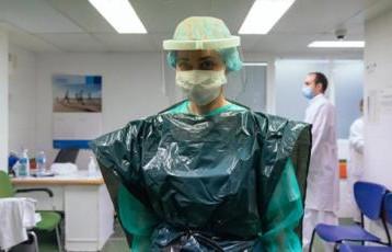 فيروس كورونا: الأطقم الطبية في بريطانيا ترتدي أكياس النفايات للوقاية