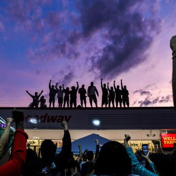 فيس بوك يحذف حسابات مجموعة ناقشت تسليح المحتجين في الولايات المتحدة
