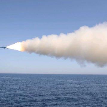 إيران تطلق صواريخ باليستية ضمن مناورتها العسكرية في مضيق هرمز