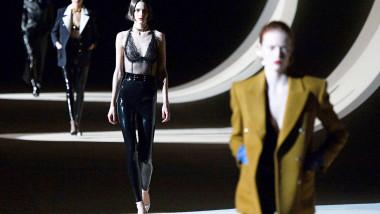 باريس تفتح الباب أمام الموضة الافتراضية